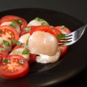 トマトと帆立とバジルのお刺身サラダ